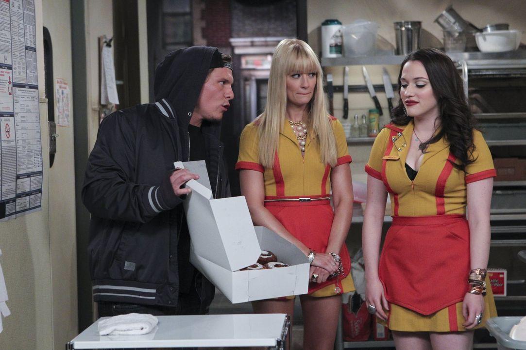Der neue Trend macht Max (Kat Dennings, r.) und Caroline (Beth Behrs, M.) zu schaffen. Cronuts sollen besser sein als Cupcakes? Um ihre Kunden denno... - Bildquelle: Warner Brothers