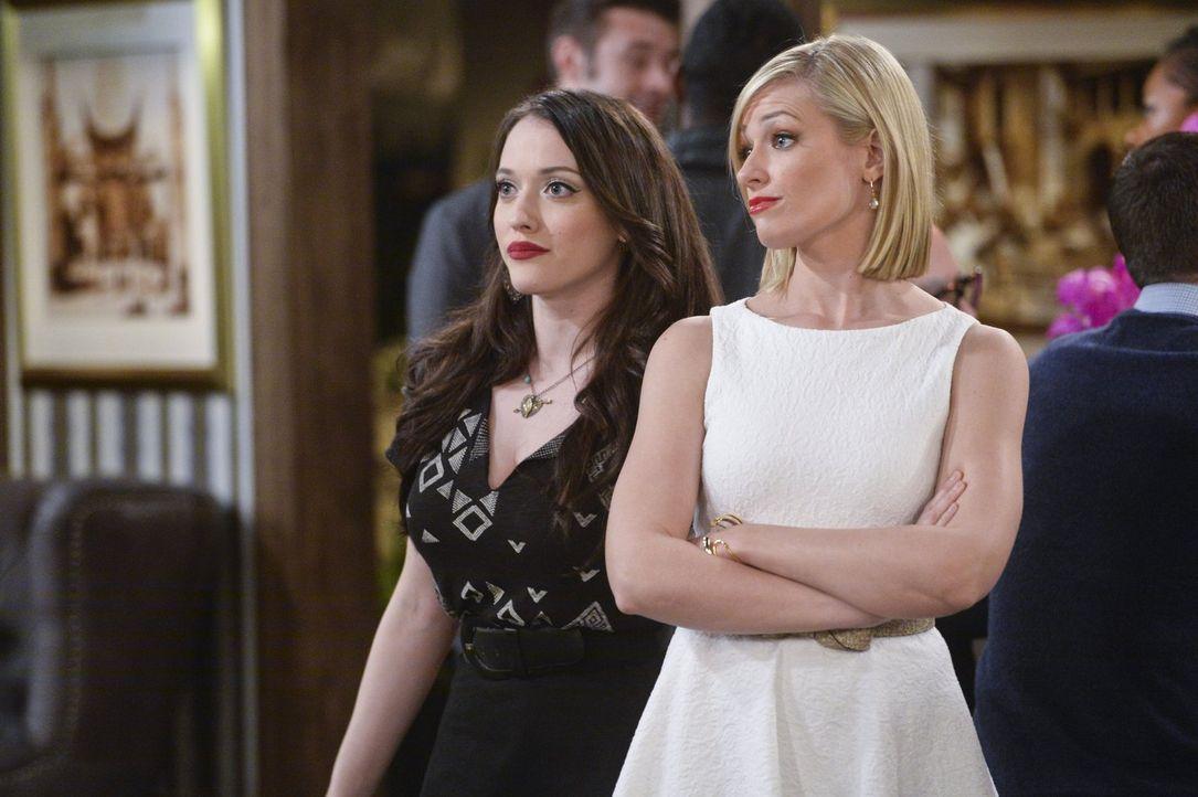 Max (Kat Dennings, l.) und Caroline (Beth Behrs, r.) sollten eigentlich feiern, weil Caroline die Rechte an ihrer Lebensgeschichte verkauft hat. Doc... - Bildquelle: 2016 Warner Brothers