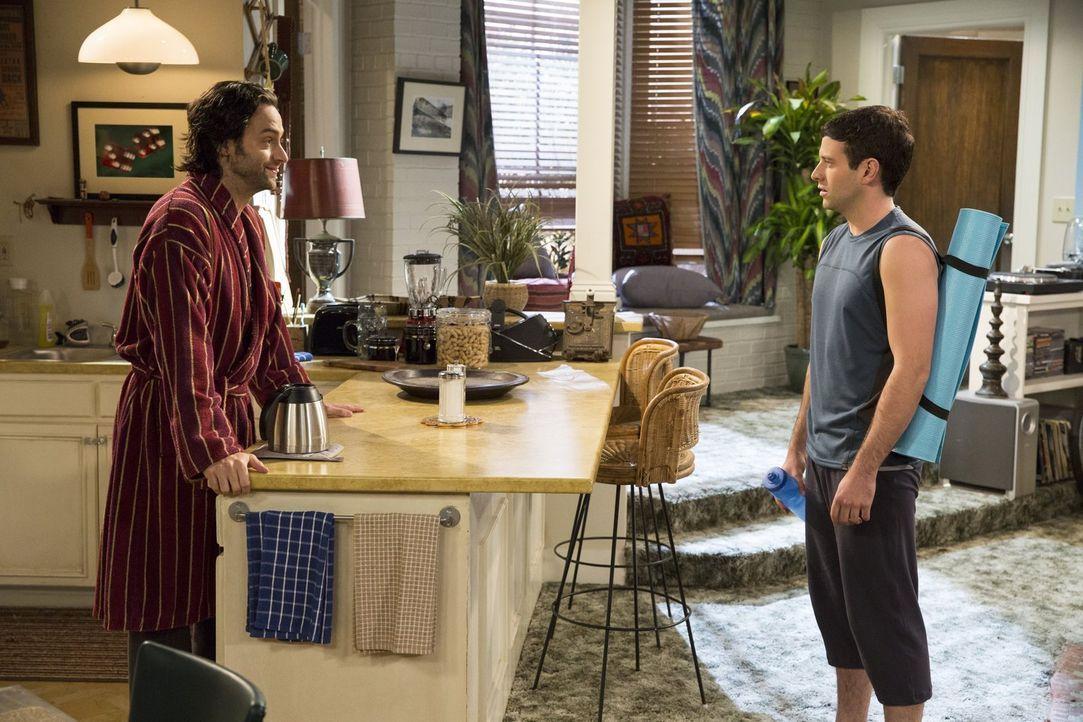 Findet Justins (Brent Morin, r.) Yoga lächerlich: Danny (Chris D'Elia, l.) ... - Bildquelle: Warner Brothers