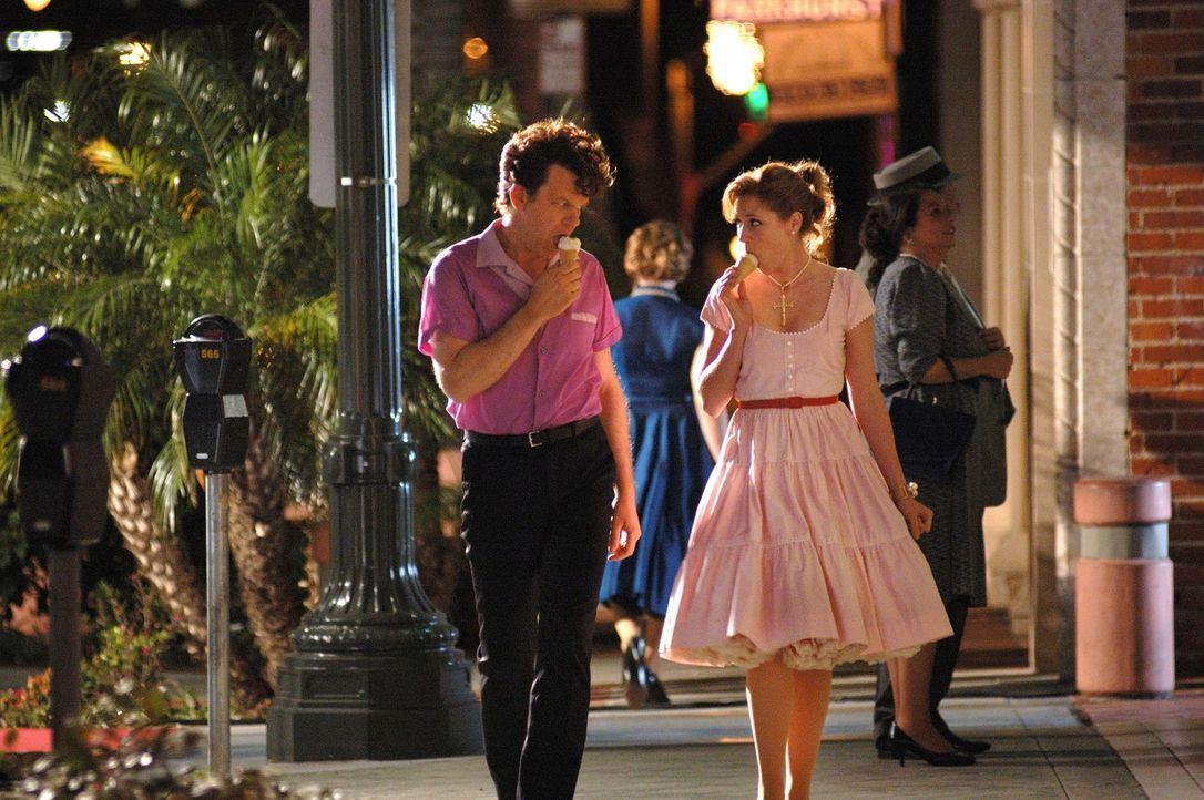 Zunächst sind Dewey (John C. Reilly, l.) und Darlene (Jenna Fischer, r.) nur Kollegen - doch mit der Zeit entwickeln sich starke Gefühle zwischen de... - Bildquelle: 2007 Columbia Pictures Industries, Inc.  and GH Three LLC. All rights reserved.
