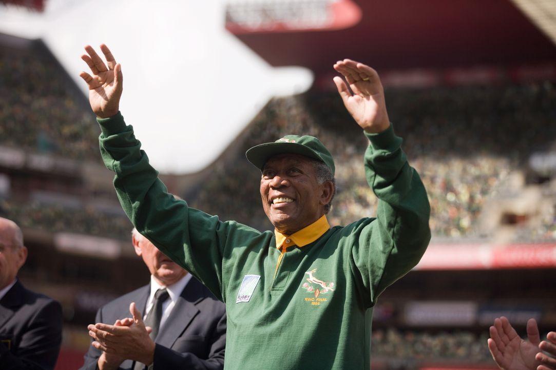 1995: Die Kluft zwischen den Rassen und den sozialen Schichten ist weithin spürbar. Doch dann mobilisiert Präsident Nelson Mandela (Morgan Freeman)... - Bildquelle: Warner Bros.