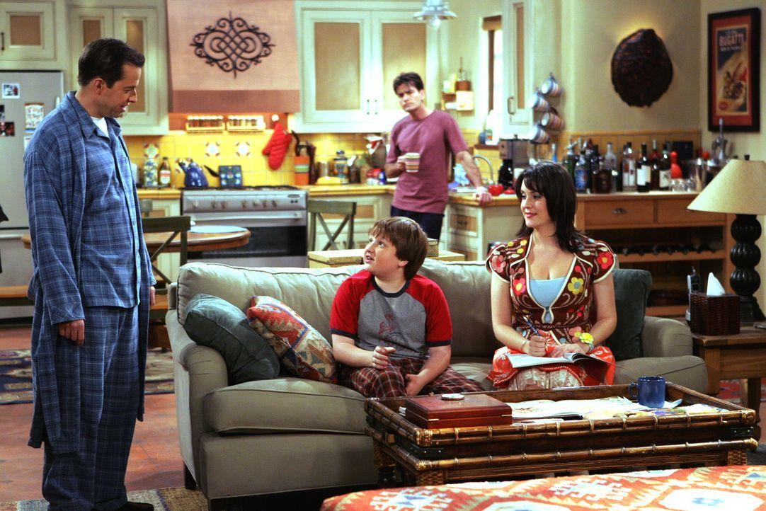 Charlie (Charlie Sheen, hinten) und Alan (Jon Cryer, l.) nehmen Rose (Melanie Lynskey, r.) nicht ernst, als sie sich von ihnen und Jake (Angus T. Jo... - Bildquelle: Warner Brothers Entertainment Inc.
