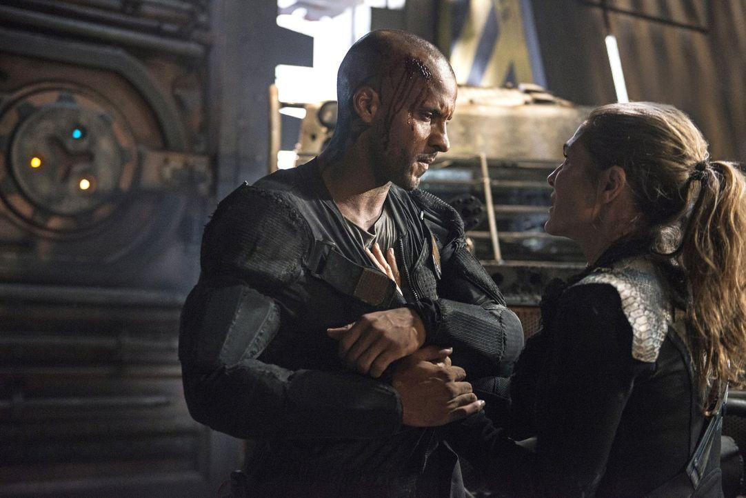 Auch wenn Abby (Paige Turco, r.) versucht, ihm nach einer Attacke beizustehen, muss Lincoln (Ricky Whittle, l.) erkennen, dass er nirgends wirklich... - Bildquelle: 2014 Warner Brothers