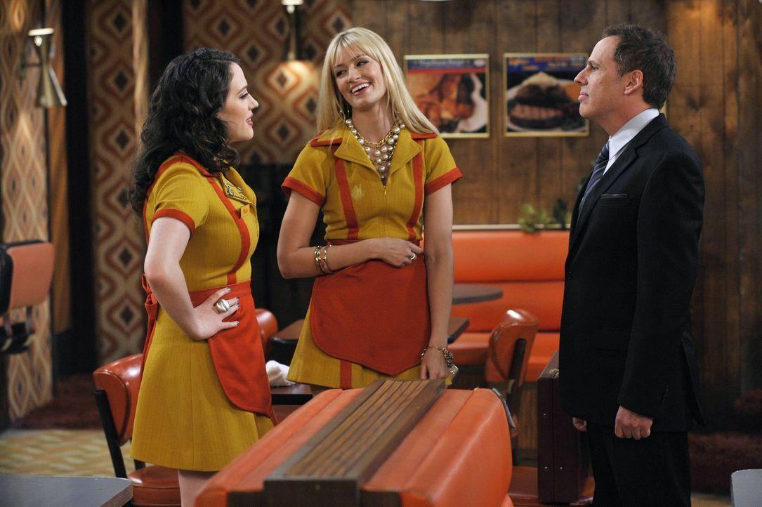 Caroline (Beth Behrs, M.) trifft während ihrer Arbeit im Williamsburg Diner auf einen Bekannten aus ihrem alten Leben - den Anwalt ihres Vaters. Er... - Bildquelle: Warner Brothers