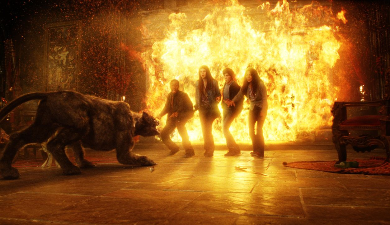 Hades lässt die Höllenhunde los. Können Percy (Logan Lerman, 2.v.r.), Sally (Catherine Keener, r.), Grover (Brandon T. Jackson, l.) und Annabeth... - Bildquelle: 2010 Twentieth Century Fox Film Corporation. All rights reserved.