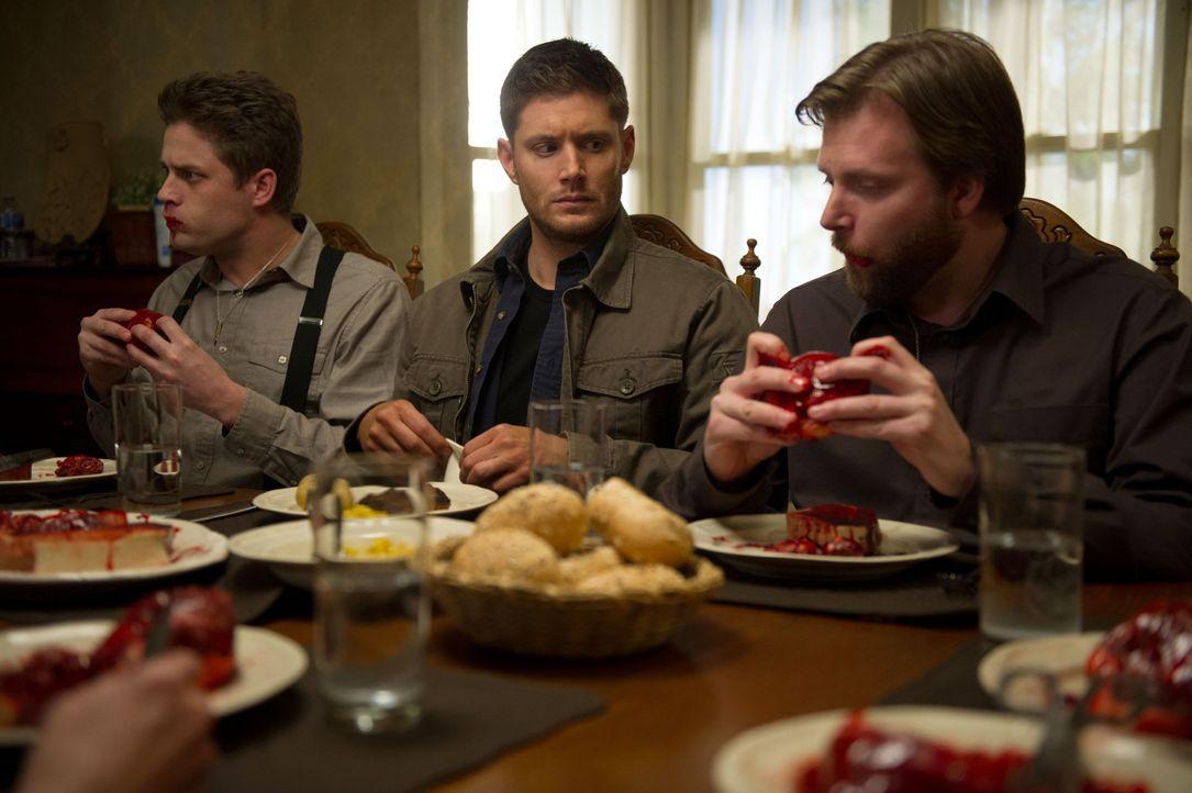 Dean (Jensen Ackles, M.) ist sich nicht sicher, ob er sich zwischen den beiden Werwölfen Russ (Matt Hamilton, l.) und Joba (Adam Lolacher, r.) wirkl... - Bildquelle: 2013 Warner Brothers