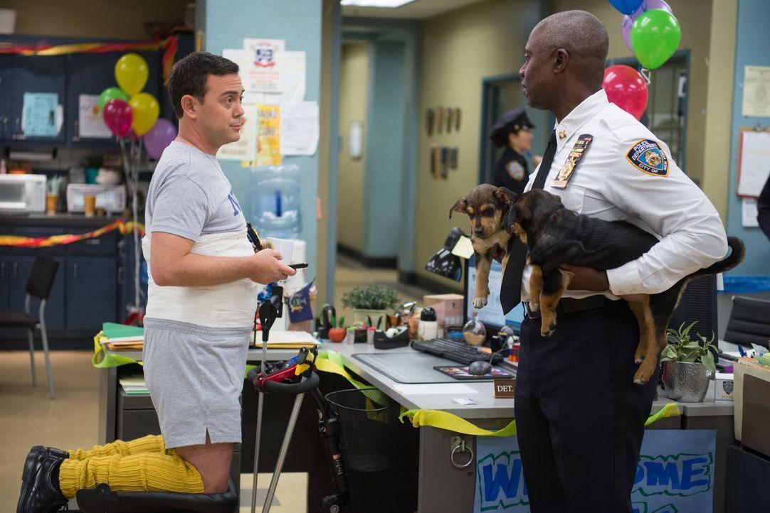 Charles Boyle (Joe Lo Truglio, l.); Captain Ray Holt (Andre Braugher, r.) - Bildquelle: Eddy Chen 2013 NBC Studios LLC. All Rights Reserved. / Eddy Chen