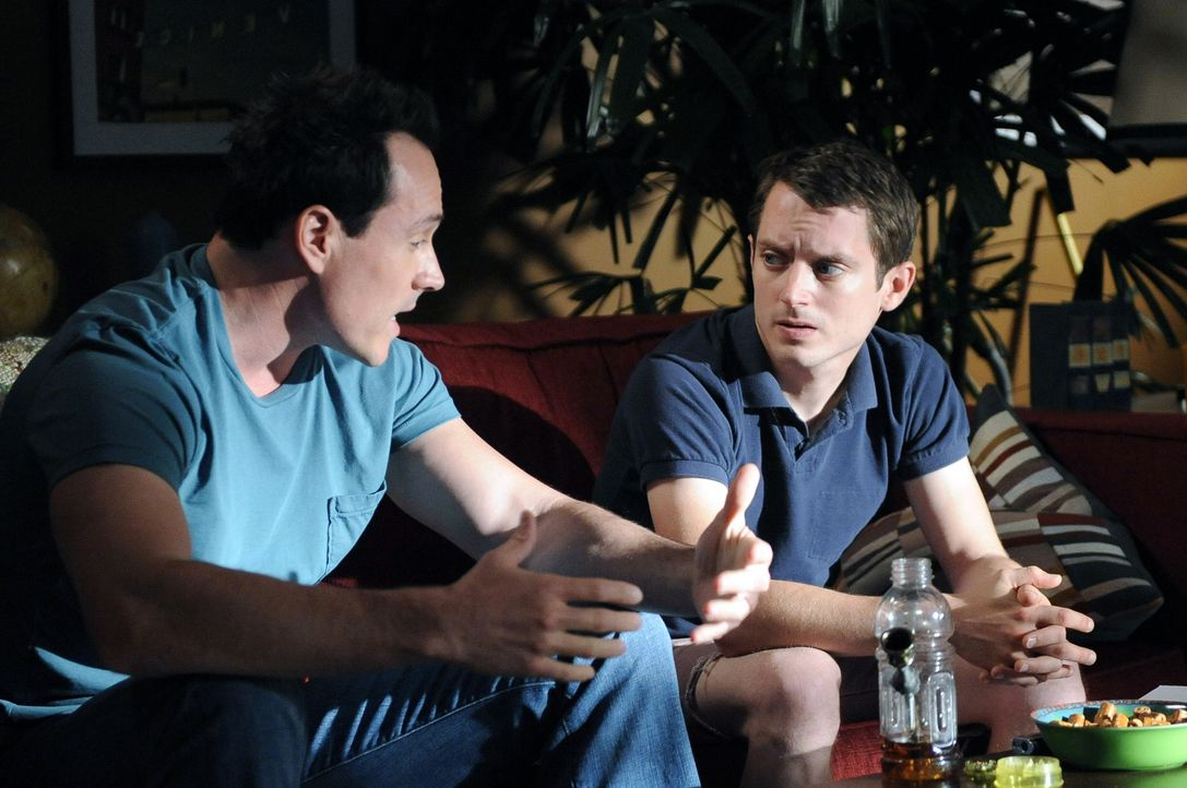Drew (Chris Klein, l.) steht kurz vor der Hochzeit mit Jenna. Jetzt braucht er Ryans (Elijah Wood, r.) Hilfe. Bekommt er etwa kalte Füße? - Bildquelle: 2011 FX Networks, LLC. All rights reserved.