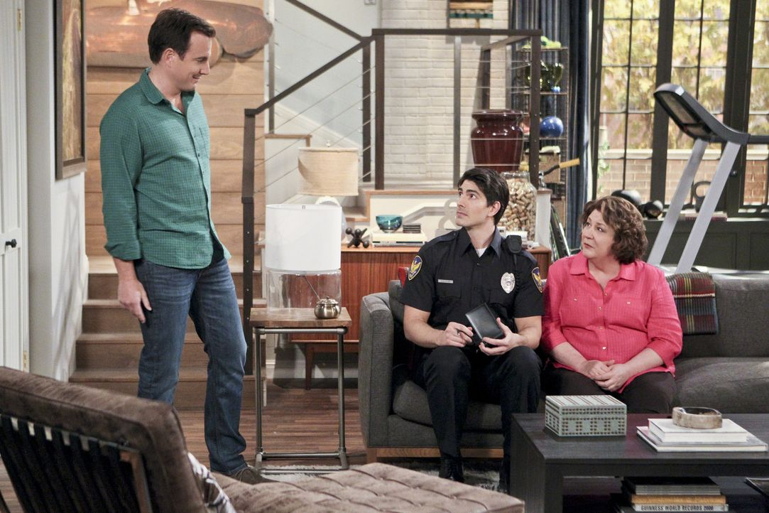 Nachdem Carol (Margo Martindale, r.) ausgeraubt wurde, soll Officer Dixon (Brandon Routh, M.) dem Dieb auf die Schliche kommen, während Nathan (Will... - Bildquelle: 2013 CBS Broadcasting, Inc. All Rights Reserved.