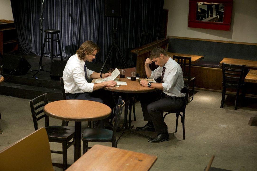 Während Sam (Jared Padalecki, l.) und Dean (Jensen Ackles, r.) versuchen, ein unbekanntes Monster zu bekämpfen, werden sie unfreiwillig Darsteller i... - Bildquelle: Warner Bros. Television