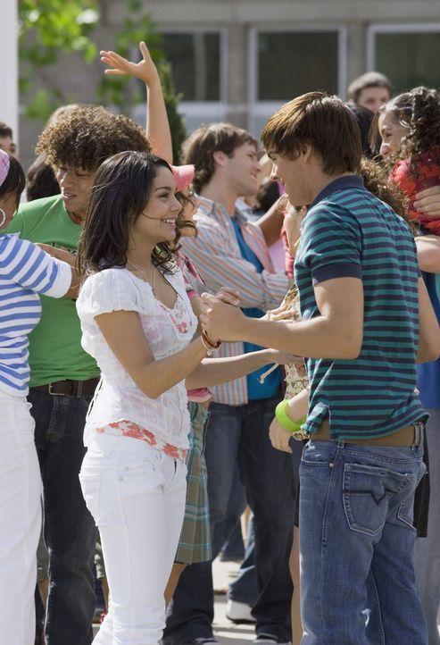 Ahnen noch nicht, dass ihre Freundschaft auf eine harte Probe gestellt wird: Troy (Zac Efron, r.) und Gabriella (Vanessa Anne Hudgens, l.) ... - Bildquelle: Buena Vista International Television