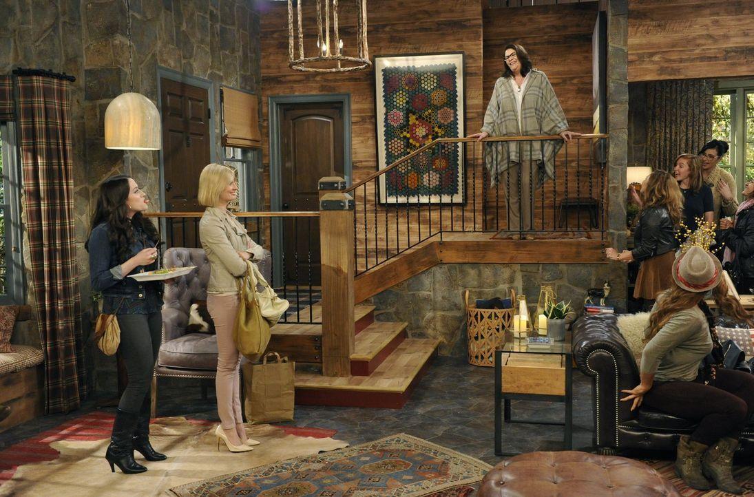 Als Max (Kat Dennings, l.) sich wieder mit einer alten Freundin trifft, wird Caroline (Beth Behrs, M.) extrem eifersüchtig und sucht sich selbst neu... - Bildquelle: 2015 Warner Brothers