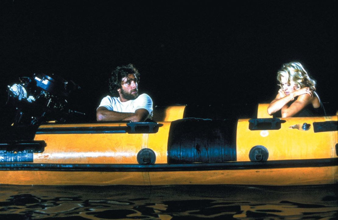 Nach einem Schiffsbruch landen der arme Fischer Giuseppe (Adriano Giannini, l.) und die reiche und verwöhnte Amber (Madonna, r.) auf einer einsamen... - Bildquelle: 2003 Sony Pictures Television International