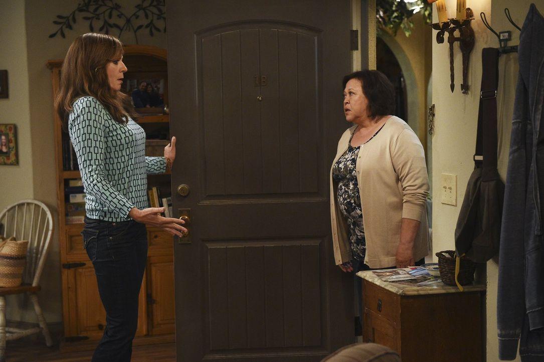 Bonnie (Allison Janney, l.) versucht ihr Bestes, sich mit ihrer Nachbarin Beverly (Amy Hill, r.) zu versöhnen, doch die macht es ihr nicht wirklich... - Bildquelle: 2015 Warner Bros. Entertainment, Inc.