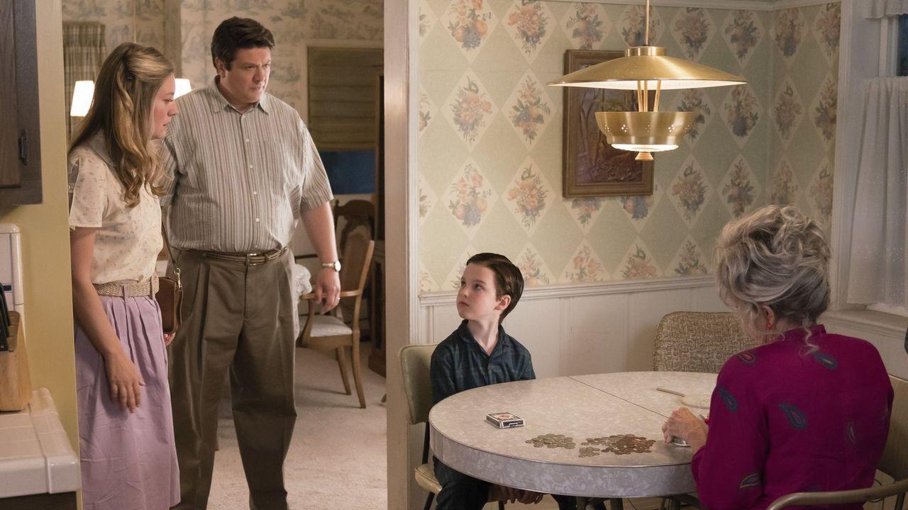 Mary (Zoe Perry, l.) und George (Lance Barber, 2.v.l.) ahnen nicht, wie sehr Sheldon (Iain Armitage, 2.v.r.) von Meemaw (Annie Potts, r.) und deren... - Bildquelle: Warner Bros.