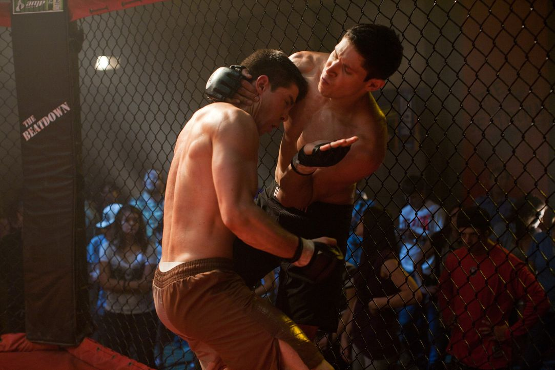 Zwischen Zack (Alex Meraz, r.) und Mike (Dean Geyer, l.) entbrennt ein gnadenloser Kampf um die Teilnahme im Finale. Doch dann schlägt Justin Tim au... - Bildquelle: Alicia Gbur 2011 Sony Pictures Worldwide Acquisitions Inc. All Rights Reserved.