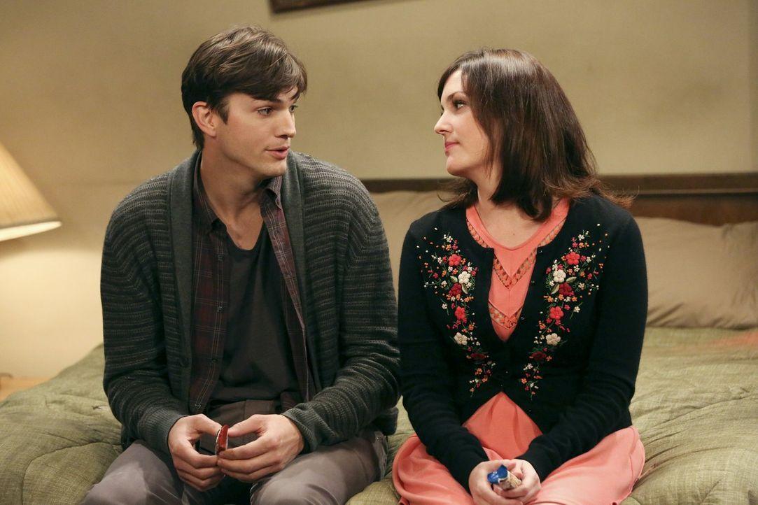 Alan und Lyndseys Affäre bringt Walden (Ashton Kutcher, l.) in so große Gefahr, dass ihm keine andere Wahl bleibt, als Roses (Melanie Lynskey, r.) H... - Bildquelle: Warner Bros. Television
