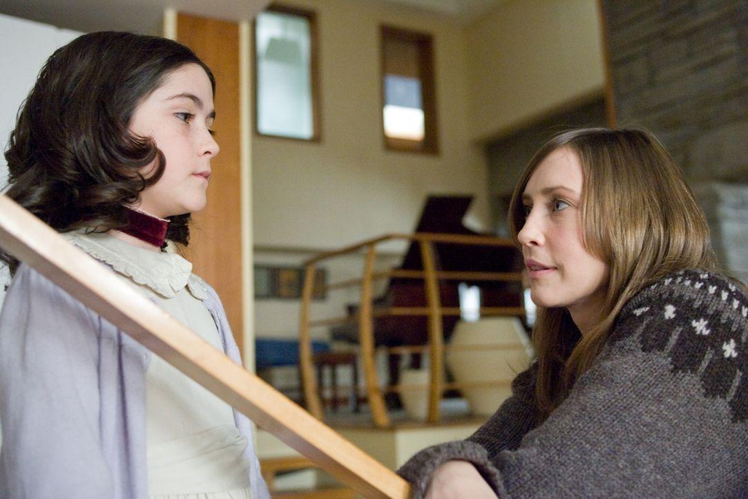 Der Besuch von Kate (Vera Farmiga, r.) und John im Waisenhaus verläuft erfolgreich: Auf Anhieb sind sie Feuer und Flamme für Esther (Isabelle Fuhr... - Bildquelle: Kinowelt
