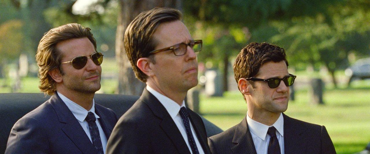 Auf der Beerdigung von Alans Vater ahnen die Freunde Phil (Bradley Cooper, l.), Stu (Ed Helms, M.) und Doug (Justin Bartha, r.) noch nicht, dass ern... - Bildquelle: 2013 Warner Brothers
