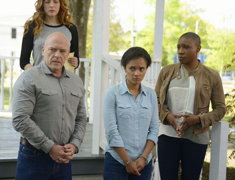 Noch hoffen Julia (Rachelle LeFevre, hinten) und Carolyn (Aisha Hinds, r.) darauf, dass Big Jim (Dean Norris, l.) und Rebecca (Karla Crome, M.) eine... - Bildquelle: 2014 CBS Broadcasting Inc. All Rights Reserved.