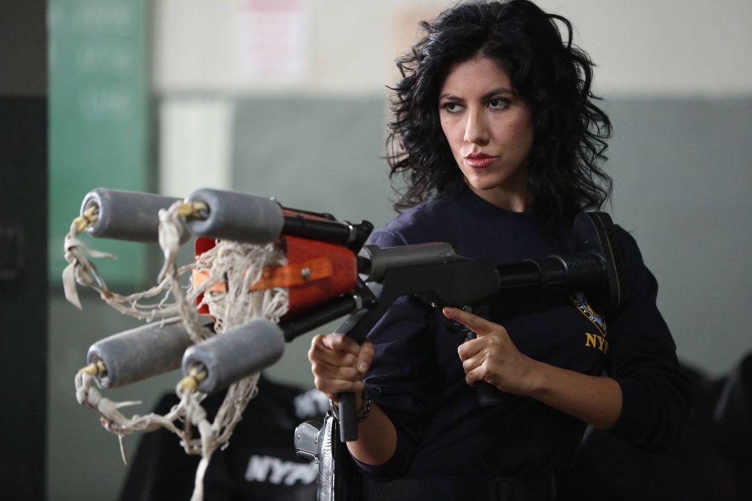 Rosa Diaz (Stephanie Beatriz) - Bildquelle: Tyler Golden 2013 NBC Studios LLC. All Rights Reserved. / Tyler Golden