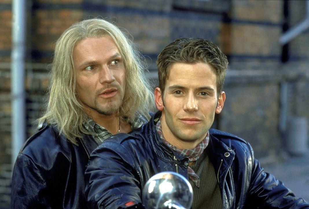 Gerade aus der Haft entlassen, plant Wulf (Thure Riefenstein, l.) für sich und seinen Bruder Dennis (Christian Oliver, r.) eine neue Zukunft ... - Bildquelle: Leslie Haslam ProSieben