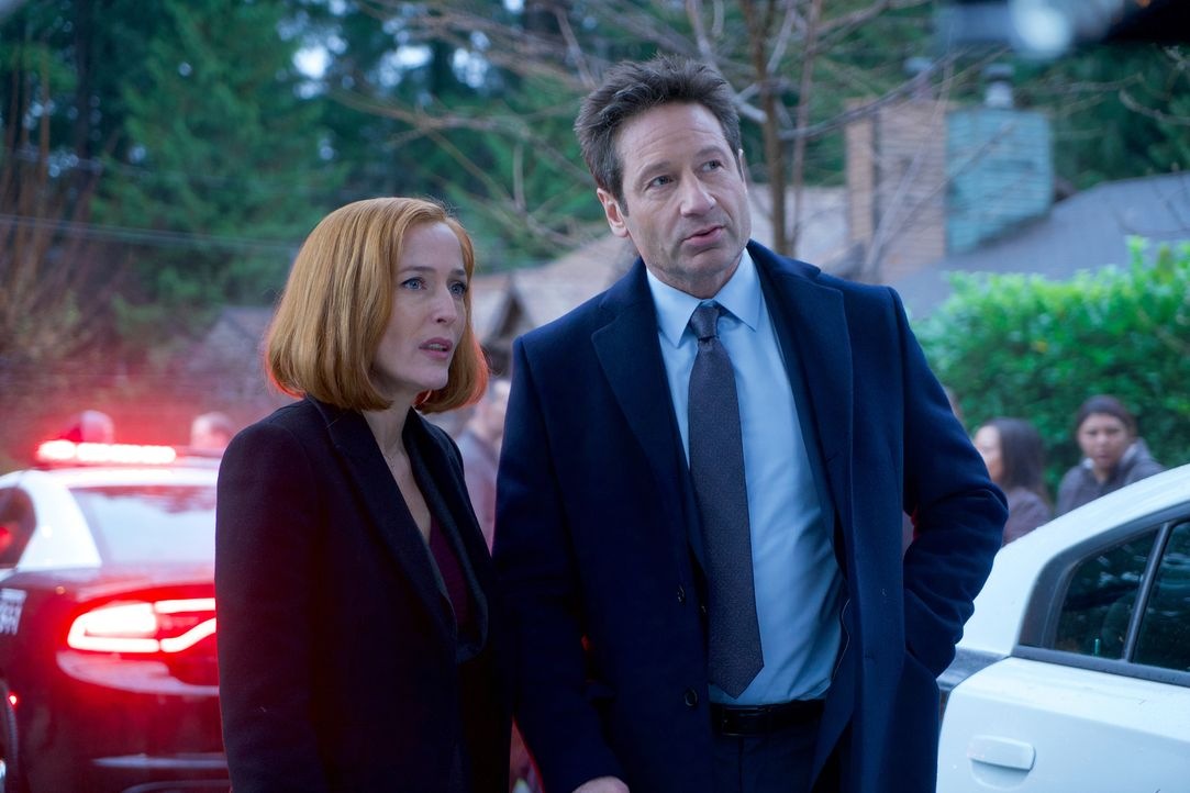 Während Scully (Gillian Anderson, l.) zunächst an einen Mord glaubt, entdeckt Mulder (David Duchovny, r.) in den Überlieferungen über den kleinen Or... - Bildquelle: Shane Harvey 2018 Fox and its related entities.  All rights reserved.