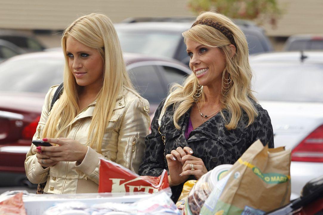 Organisieren eine Megaparty für Tessa zum Geburtstag: Dalia (Carly Chaikin, l.) und Dallas (Cheryl Hines, r.) ... - Bildquelle: Warner Bros. Television
