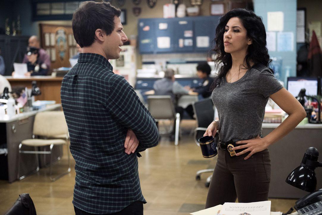 Jake Peralta (Andy Samberg, l.); Rosa Diaz (Stephanie Beatriz, r.) - Bildquelle: Eddy Chen 2014 UNIVERSAL TELEVISION LLC. All rights reserved / Eddy Chen
