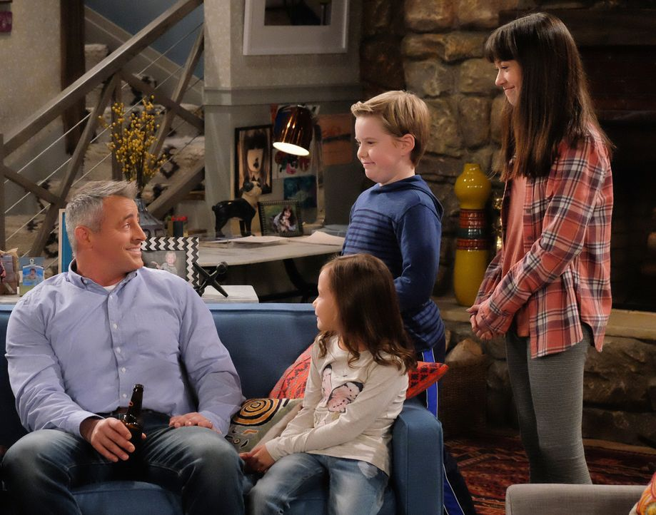 Anfangs sind Kate (Grace Kaufman, r.), Teddy (Matthew McCann, 2.v.r.) und Emme (Hala Finley, 2.v.l.) begeistert, dass ihr Daddy (Matt LeBlanc, l.) n... - Bildquelle: Darren Michaels 2016 CBS Broadcasting, Inc. All Rights Reserved