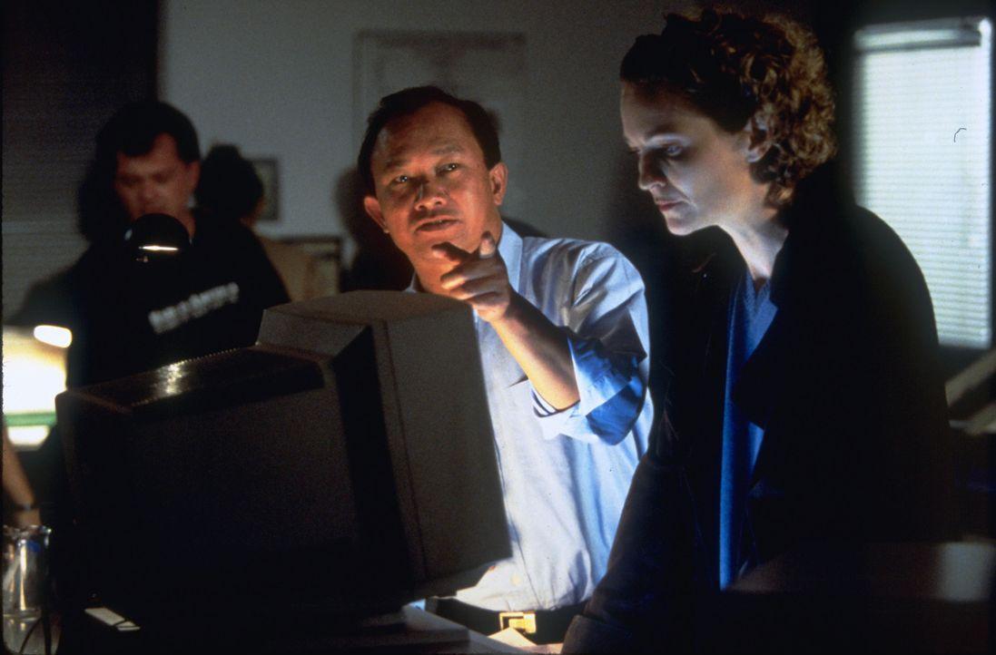 Regisseur John Woo, l. und Joan Allen, r. ... - Bildquelle: Touchstone Pictures