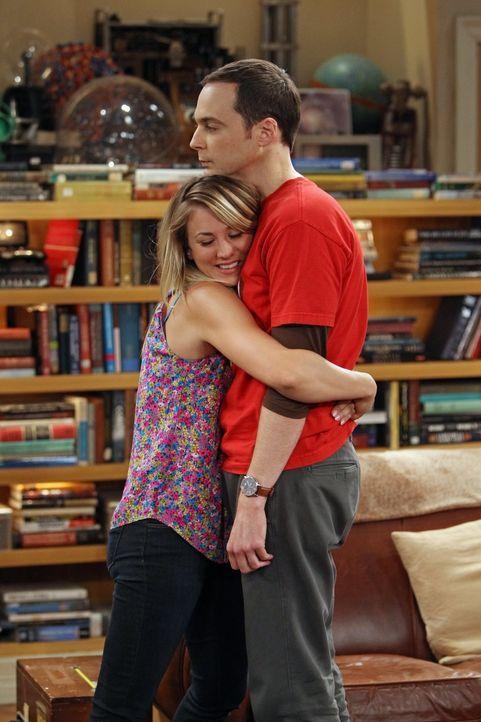 Während Leonard unterwegs ist, verbringen Sheldon (Jim Parsons, r.) und Penny (Kaley Cuoco, l.) viel Zeit miteinander ... - Bildquelle: Warner Bros. Television