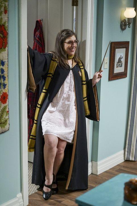 Amy (Mayim Bialik) hat Geburtstag und möchte ihren Liebsten im sexy Harry Potter-Kostüm überraschen. Blöd nur, dass genau dann Bernadettes Fruchtbla... - Bildquelle: 2016 Warner Brothers