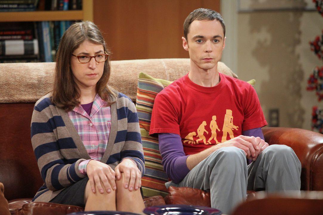Amy (Mayim Bialik, l.) und Sheldon (Jim Parsons, r.) verbringen immer mehr Zeit miteinander, was ihre Freunde ziemlich nervt ... - Bildquelle: Warner Bros. Television