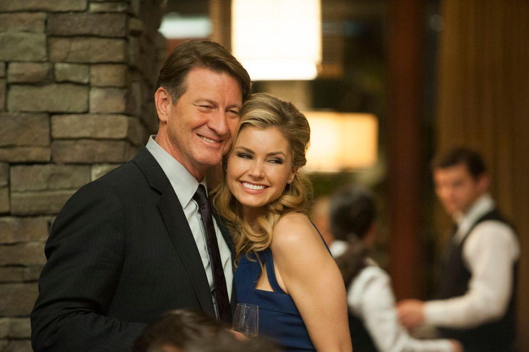 Ahnen noch nicht, dass ihre Party mit dem Auftauchen von Olivia unterbrochen wird: Taylor (Brianna Brown, r.) und Michael (Brett Cullen, l.) ... - Bildquelle: ABC Studios