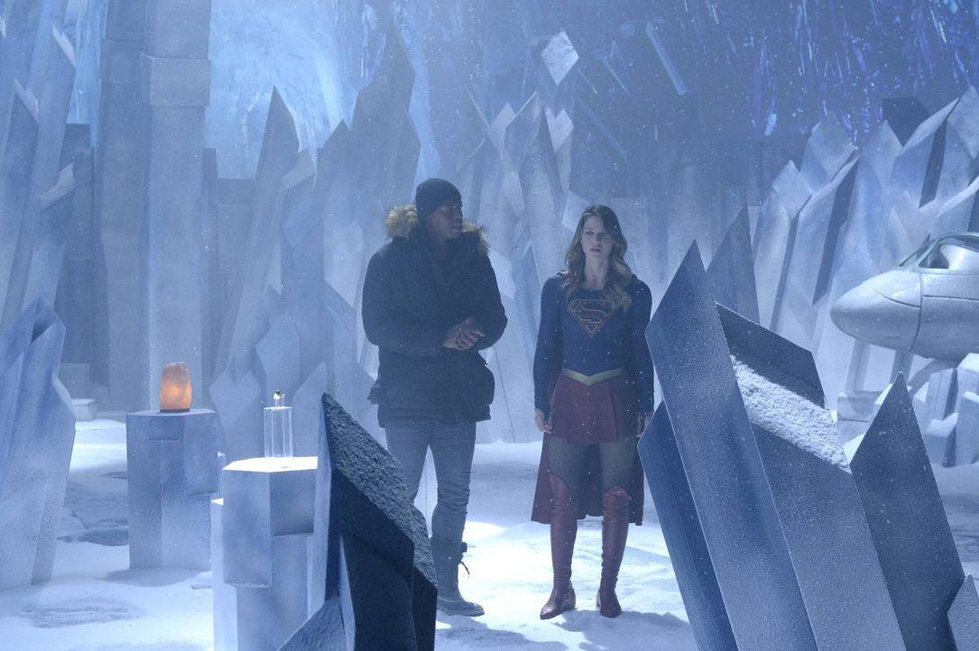 Ein Wesen von einem anderen Planeten bedroht National City. James (Mehcad Brooks, l.) und Kara alias Supergirl (Melissa Benoist, r.) wollen mehr übe... - Bildquelle: 2015 Warner Bros. Entertainment, Inc.