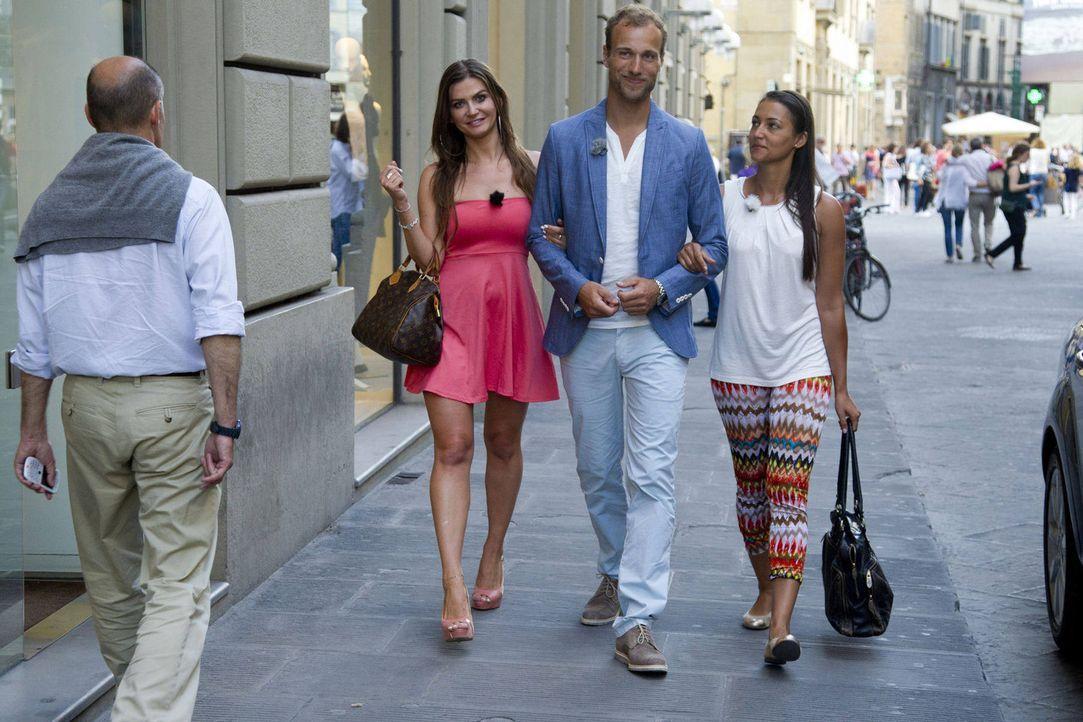 Shopping in Florenz: Gero (M.) führt die beiden Kandidatinnen Almira (l.) und Hannah (r.) aus ... - Bildquelle: Richard Hübner ProSieben