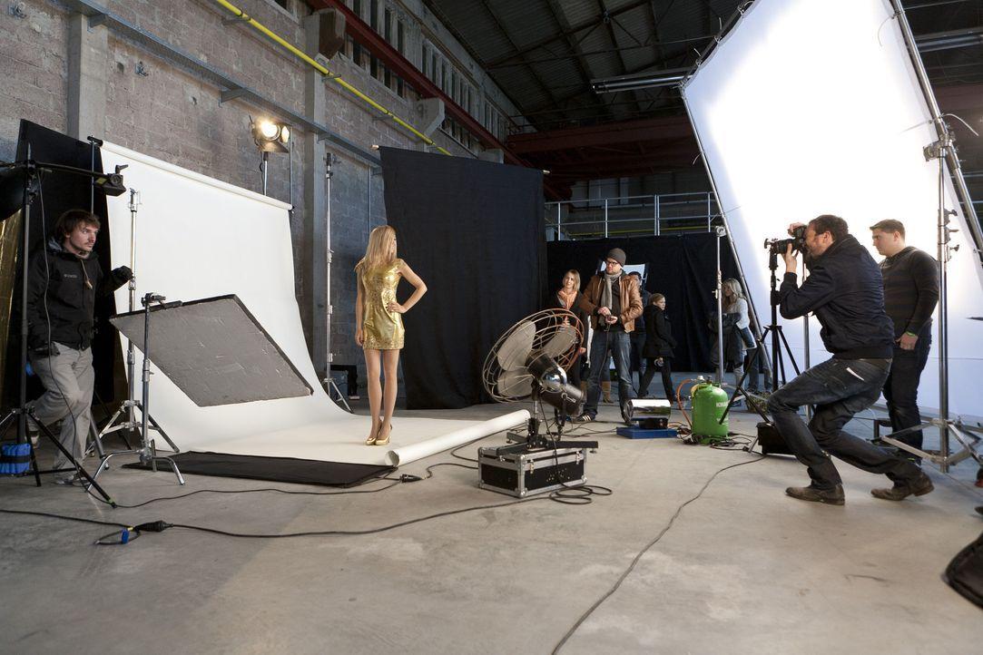 """""""switch reloaded"""" backstage: Martina Hill (2. v.l.) beim Dreh für ihre Rolle als Heidi Klum ... - Bildquelle: Kai Schulz ProSieben / Kai Schulz"""