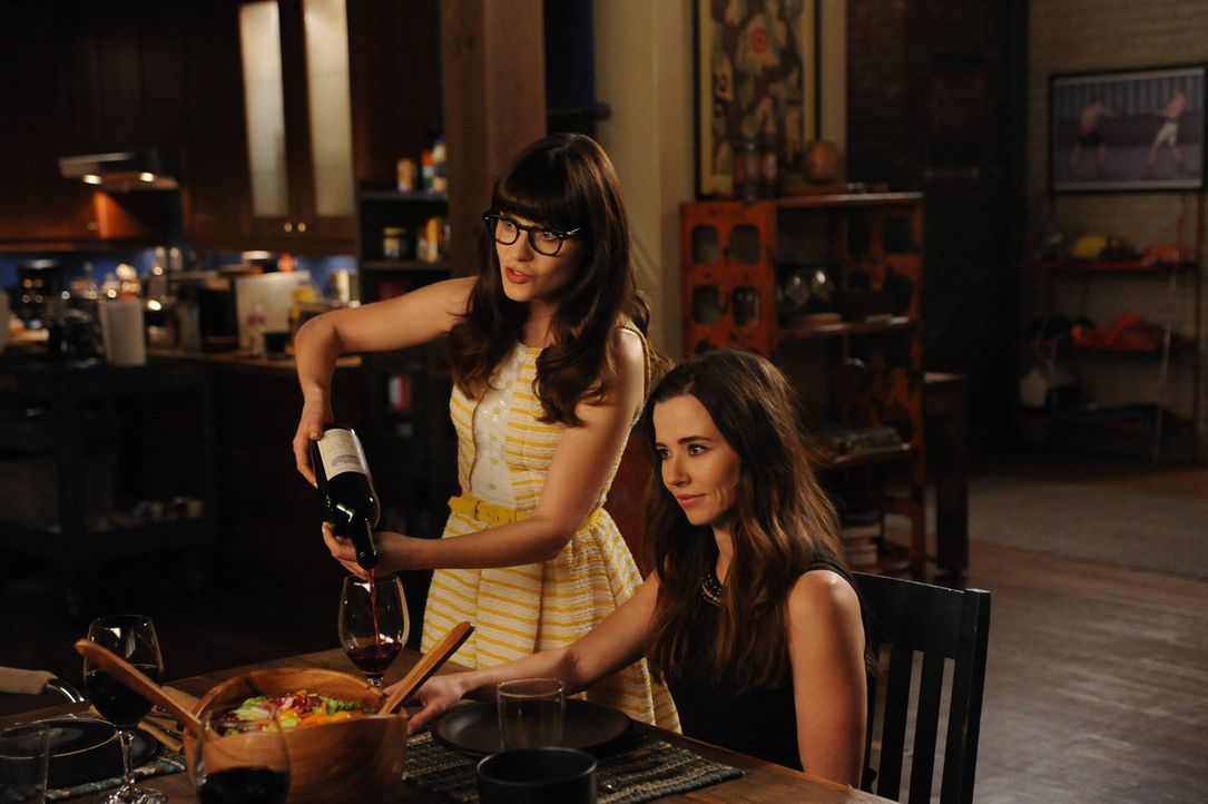 Jess' (Zooey Deschanel, l.) Schwester Abby (Linda Cardellini, r.) beschließt, dauerhaft nach Los Angeles zu ziehen. Damit sie sich jedoch nicht in d... - Bildquelle: TM &   2013 Fox and its related entities. All rights reserved.