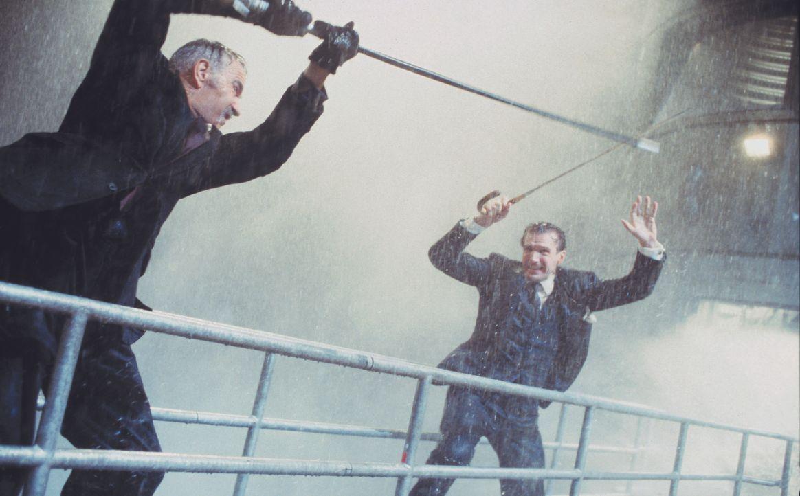 Das diabolische Genie Sir August De Wynter (Sean Connery, l.) hat eine Maschine erfunden, die ihn das Klima beherrschen läßt. Nun droht er, damit di... - Bildquelle: Warner Brothers International Television Distribution Inc.