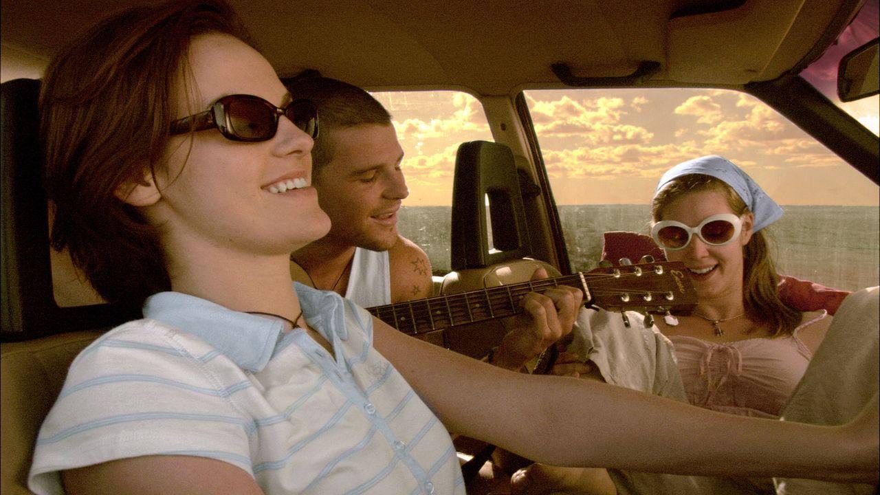 (v.l.n.r.) Liz Hunter (Cassandra Magrath), Ben Mitchell (Nathan Phillips) und Kristy Earl (Kestie Morassi) freuen sich auf ihren Road Trip in den Wo... - Bildquelle: Kinowelt