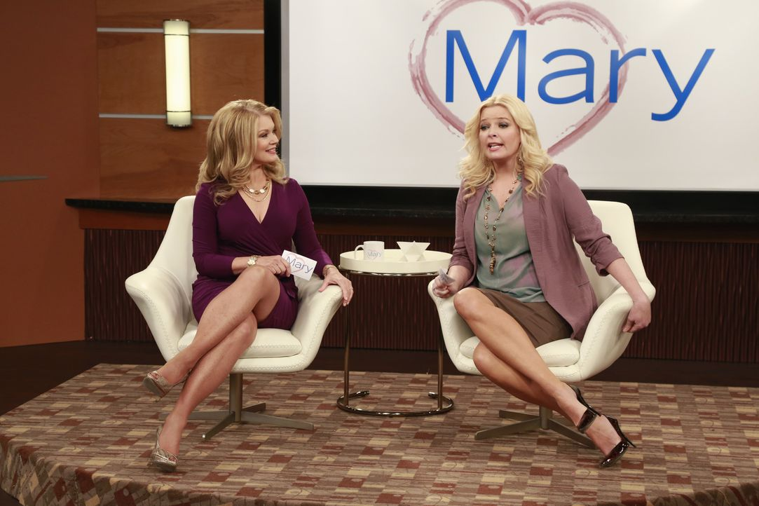 Mary Hart (Mary Hart, l.); Bonnie (Melissa Peterman, r.) - Bildquelle: Ron Tom ABC Family