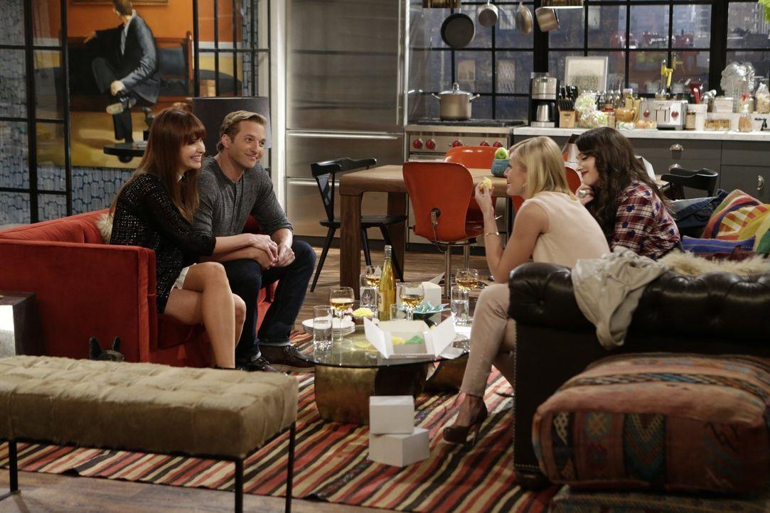 Na, wenn das mal gut geht: Caroline (Beth Behrs, 2.v.r.) bietet aus Verlegenheit heraus an, dass sie und Max (Kat Dennings, r.) den Hochzeitskuchen... - Bildquelle: Warner Brothers