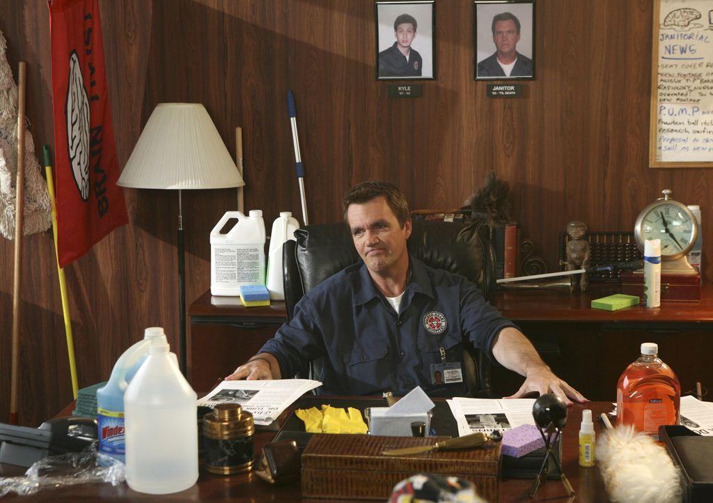 """Der Hausmeister (Neil Flynn) besetzt Kelsos Büro und gründet nebenbei auch noch den """"Brain Trust""""-Club ... - Bildquelle: Touchstone Television"""