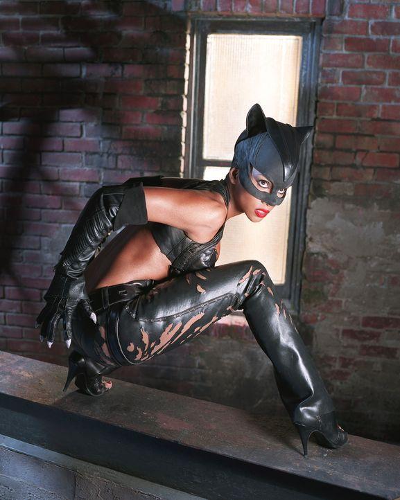 Sie verfügt über übernatürliche Kräfte und die ausgeprägten Sinne einer Katze: Catwoman (Halle Berry) ... - Bildquelle: Warner Bros. Television