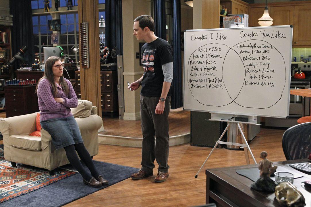 Amy (Mayim Bialik, l.) und Sheldon (Jim Parsons, r.) haben ein Problem: Sie sind sich zwar einig, dass sie in Partnerkostümen zur Halloween-Party ge... - Bildquelle: Warner Bros. Television