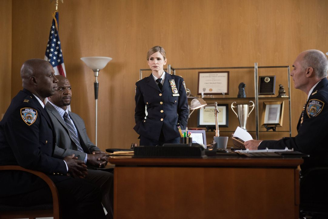 (v.l.n.r.) Captain Ray Holt (Andre Braugher); Terry Jeffords (Terry Crews); Madeline Wuntch (Kyra Sedgwick); Chief Fisker (S.E. Perry) - Bildquelle: Eddy Chen 2014 UNIVERSAL TELEVISION LLC. All rights reserved / Eddy Chen