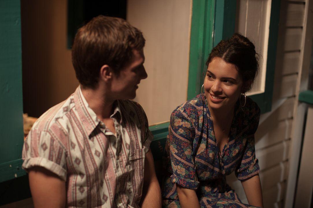 Als Nick (Josh Hutcherson, l.) die hübsche Maria (Claudia Traisac, r.) kennenlernt, ahnt er nicht, dass diese Bekanntschaft ihn schon bald in einen... - Bildquelle: 2014 CHAPTER 2 - NORSEAN PLUS - PARADISE LOST FILM A.I.E