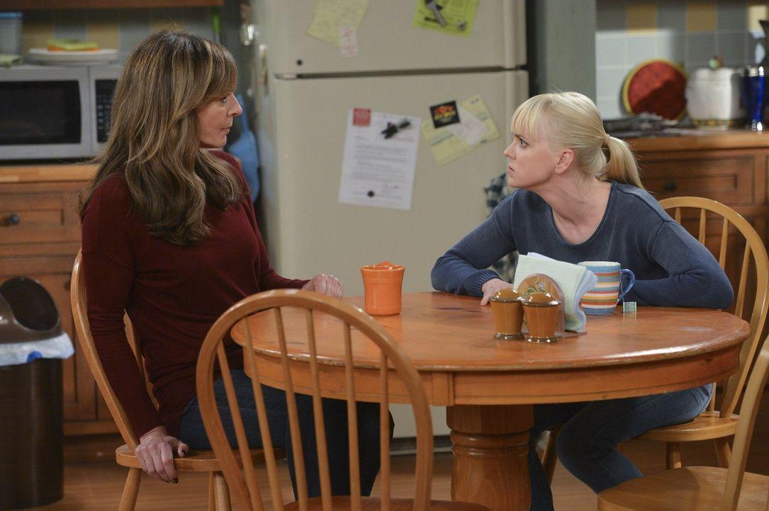 Christy (Anna Faris, r.) berichtet ihrer Mutter von der Begegnung mit Alvin, doch Bonnie (Allison Janney, l.) unterstützt ihre Tochter überhaupt nic... - Bildquelle: Warner Brothers Entertainment Inc.