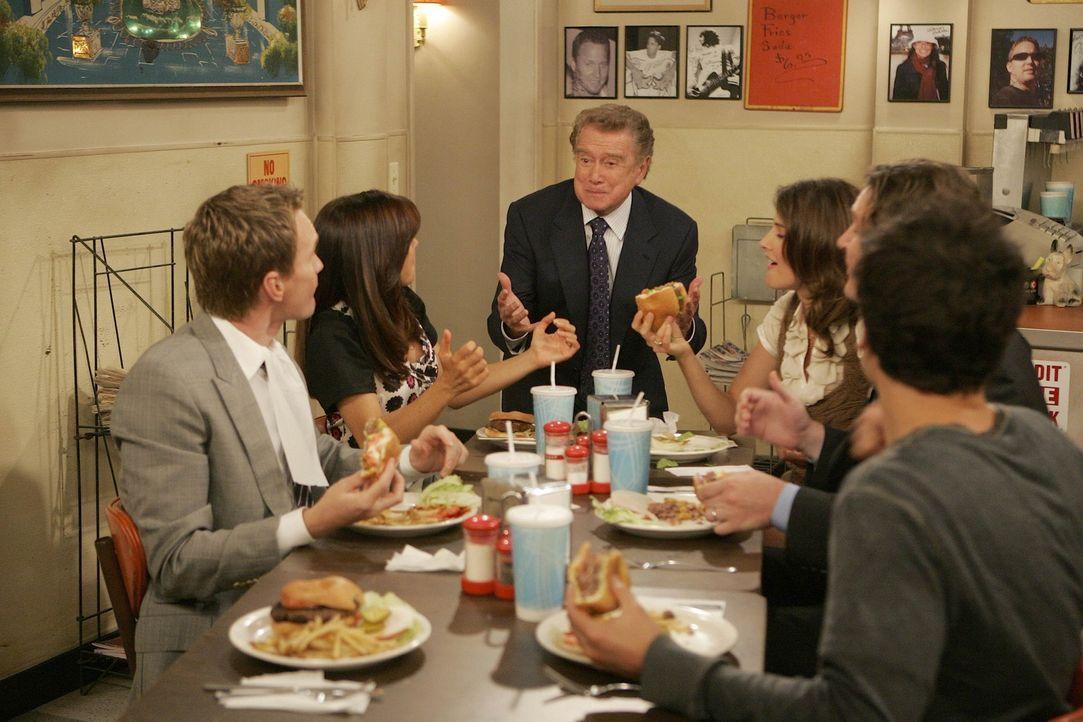 Haben ihn gefunden - den legendären Burger von New York: Ted (Josh Radnor, r.), Marshall (Jason Segel, 2.v.r.), Barney (Neil Patrick Harris, l.), L... - Bildquelle: 20th Century Fox International Television